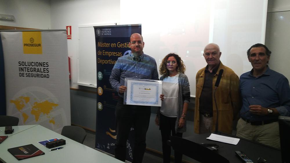 Familiares de Sonia y director del proyecto recogiendo el Premio